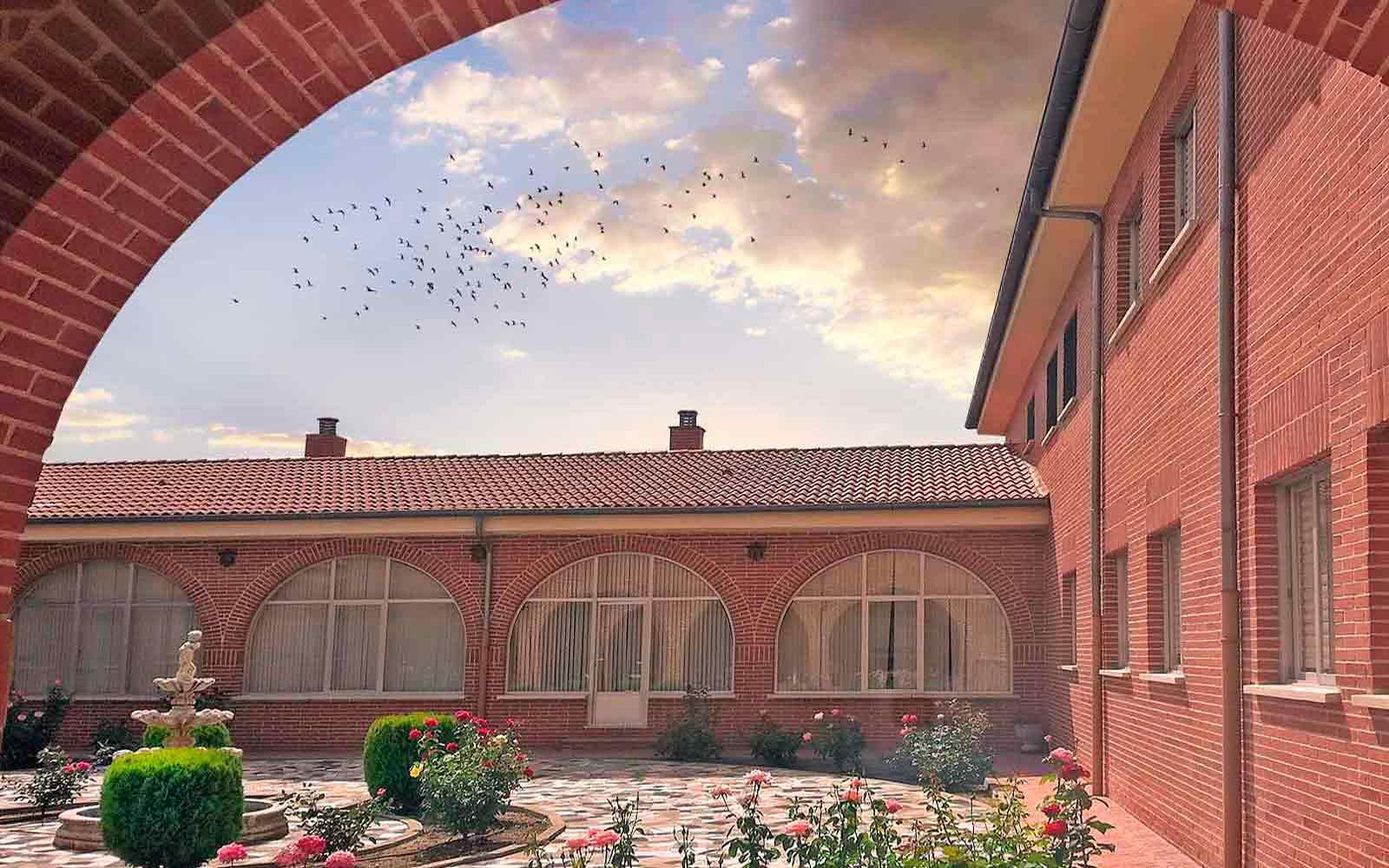 Patio interior de la casa de espiritualidad Carmelita de Ávila